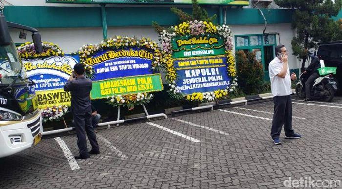 Gubernur Provinsi DKI Jakarta Anies Baswedan juga mengirimkan karangan bunga.