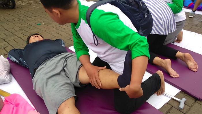 Layanan fisioterapi on the street di Car Free Day Kota Depok. (Foto: Widiya Wiyanti/detikHealth)