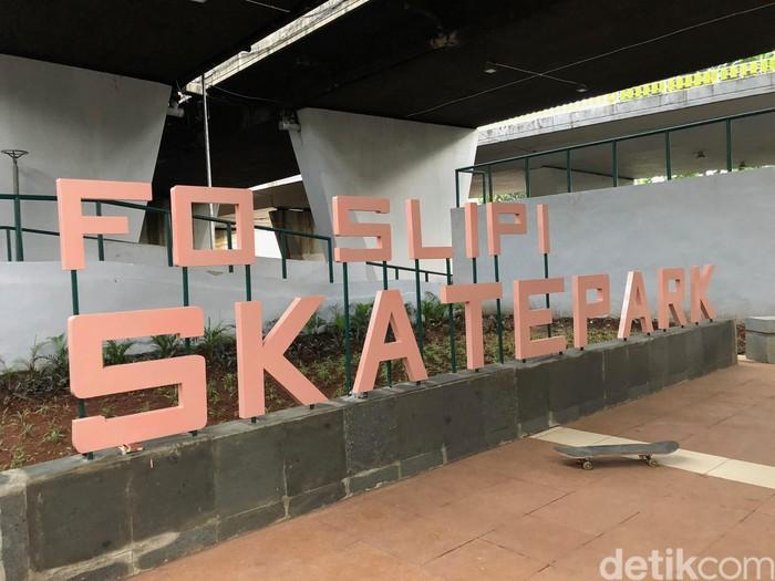 Pemkot Jakarta Pusat membangun taman yang juga sarana skateboard di kolong jembatan layang Slipi, Jakarta Pusat. Adapun taman tersebut diberi nama FO Slipi Skatepark. Foto: Ayunda/detikHealth