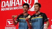 Kevin dan Marcus menunjukkan medali yang diraihnya di Indonesia Masters.