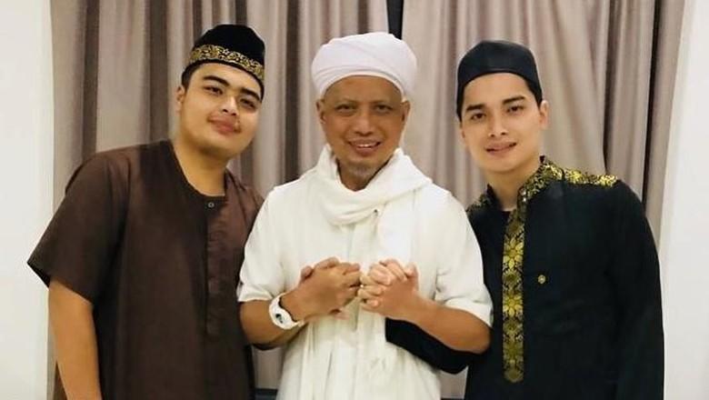 Foto: Ustaz Arifin Ilham dan kedua putranya (@alvin_411)