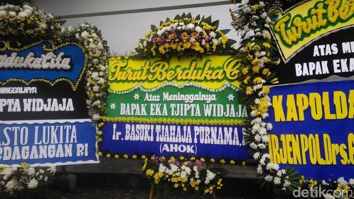 Karangan bunga dari Ahok dll di rumah duka Eka Tjipta. (Foto: Adhi/detikcom)