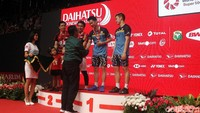 Kevin dan Marcus menerima medali Indonesia Masters.