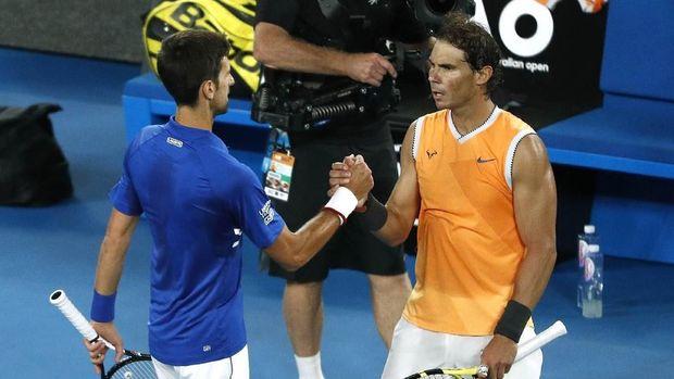 Novak Djokovic bersalaman dengan Rafael Nadal usai final Australia Terbuka 2019.