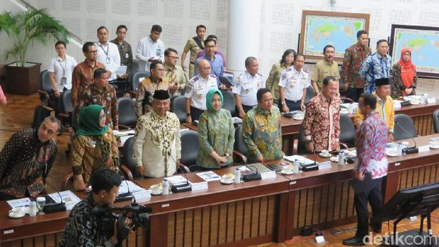 Rapat tersebut dihadiri sejumlah kepala daerah di Jabodetabek.