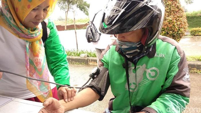 Sering narik hingga tengah malam kadang bikin para driver ojek online mengeluh pegal-pegal. (Foto: Widiya Wiyanti/detikHealth)