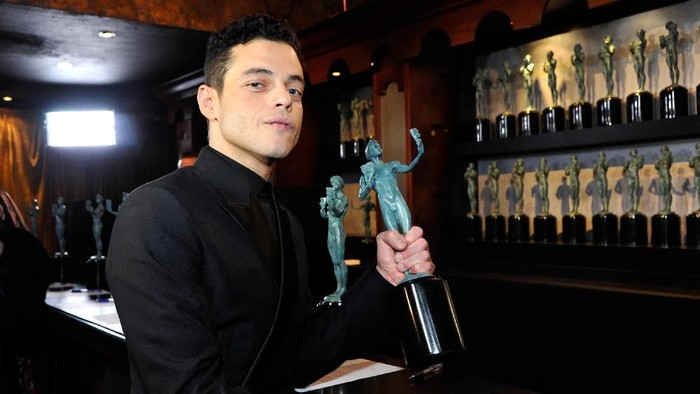 LOS ANGELES, CALIFORNIA - JANUARY 27: Rami Malek, winner of Outstanding Performance by a Male Actor in a Leading Role for Bohemian Rhapsody, poses in the press room at the 25th annual Screen ActorsGuild Awards at The Shrine Auditorium on January 27, 2019 in Los Angeles, California. (Photo by Sarah Morris/Getty Images)