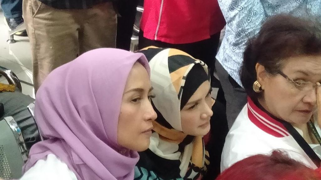 Ekspresi Mulan Jameela saat Ahmad Dhani Divonis 1,5 Tahun Penjara