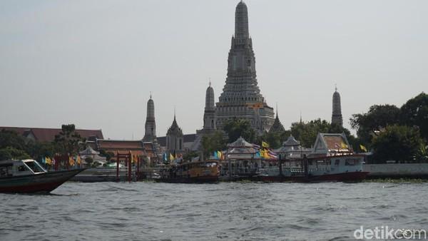 Salah satu tempatnya adalah Wat Arun, yang merupakan destinasi wisata favorit turis di Bangkok (Shinta/detikTravel)