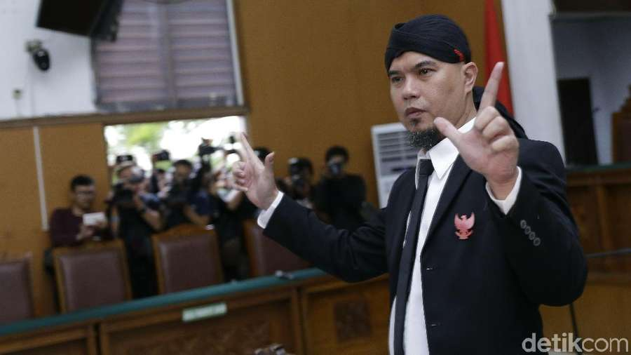 Ahmad Dhani Terus Acungkan Salam Dua Jari usai Divonis 1,5 Tahun Penjara