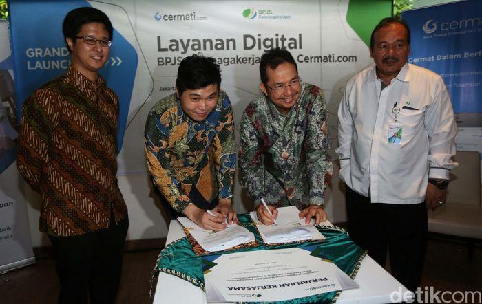 Ilyas Lubis Direktur Kepesertaan BPJS Ketenagakerjaan dan Andhy Koesnandar Direktur Cermati.com menandatangani perjanjian kerjasama di Jakarta, Senin (28/1/2019).