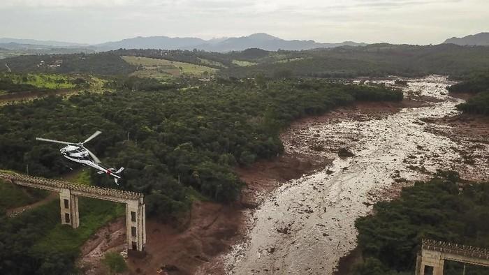 Bendungan air di dekat Kota Brumadinho, Brasil, jebol. Korban tewas diperkirakan mencapai 58 orang dan 300 orang masih dalam pencarian regu penyelamat.