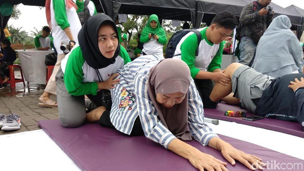 Foto: Serunya Fisioterapi Gratis di CFD Kota Depok