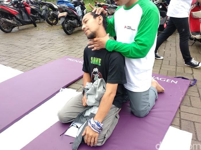 Ternyata masyarakat Kota Depok begitu antusias untuk mendapatkan manual treatment dari para fisioterapis. (Foto: Widiya Wiyanti/detikHealth)