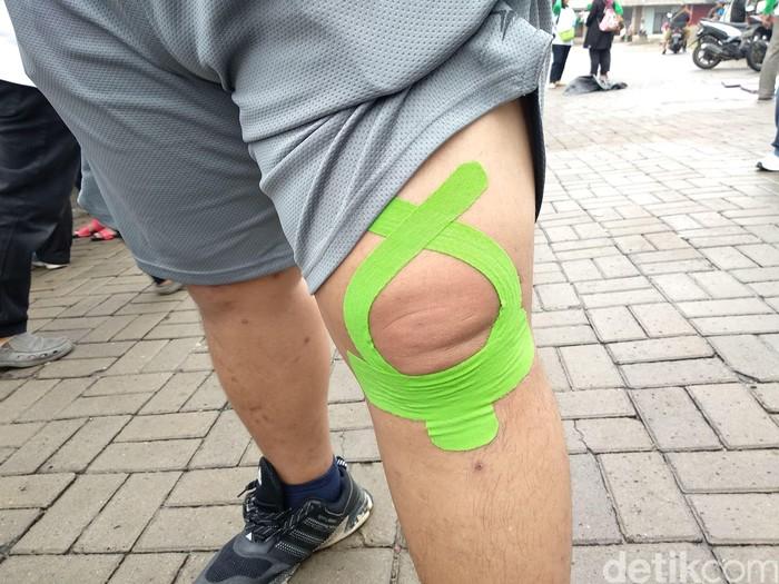Bukan hanya diberikan treatment, pesepeda ini diberikan tapping agar ototnya lebih kuat. (Foto: Widiya Wiyanti/detikHealth)