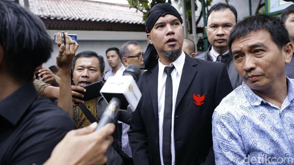 Pose 2 Jari Ahmad Dhani Setelah Divonis Bersalah