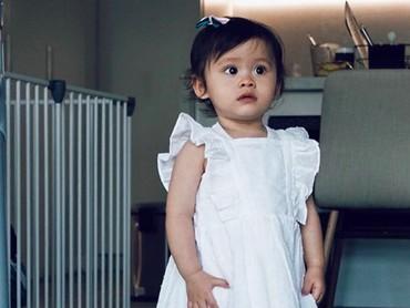 Bridgia Kalina Kharisma kini berusia 1 tahun 4 bulan. Gadis cilik ini nampak cantik ya didadndani Mama Acha memakai dresscode serba putih. (Foto: Instagram: @septriasaacha)