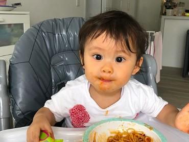 Sudah mulai mengonsumsi makanan padat, Bri terliht menikmati sekali semangkok spaghetti di hadapanya. Sampai cemong-cemong ke pipi ya, Bri. (Foto: Instagram: @septriasaacha)