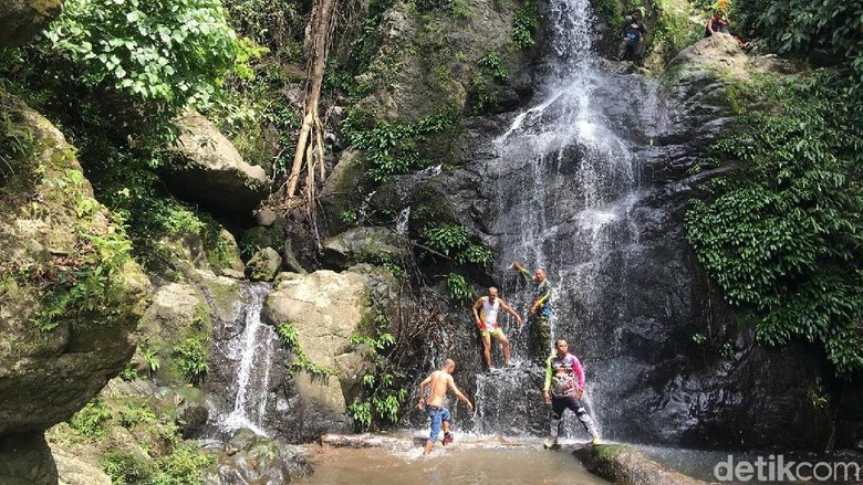 Air Terjun Lakunnu yang indah di Polewali Mandar (Abdy Febriady/detikTravel)