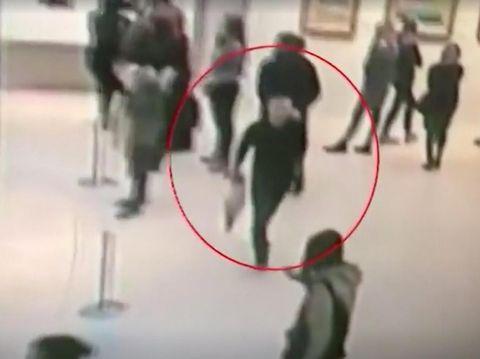 Rekaman CCTV menunjukkan pelaku dengan tenang menenteng lukisan yang dicurinya di tengah para pengunjung galeri