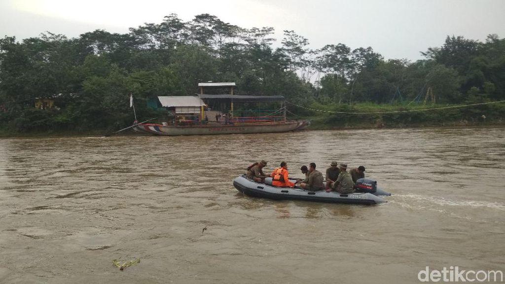 Video: Mobil Tercebur ke Sungai Brantas, 3 Penumpang Masih Dicari