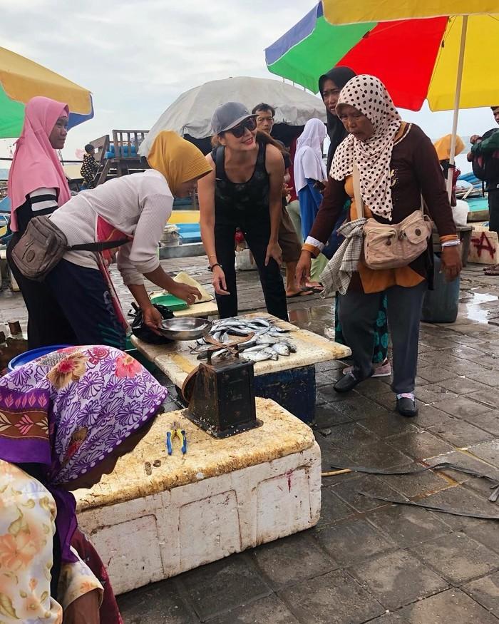 Baru saja membuka usaha kuliner di Bali, Tamara terjun sendiri untuk memastikan kualitas menunya. Urusan belanja ikan, wanita 44 tahun ini mampir ke Pasar Ikan Kedonganan. Foto: Instagram tamarableszynskiofficial