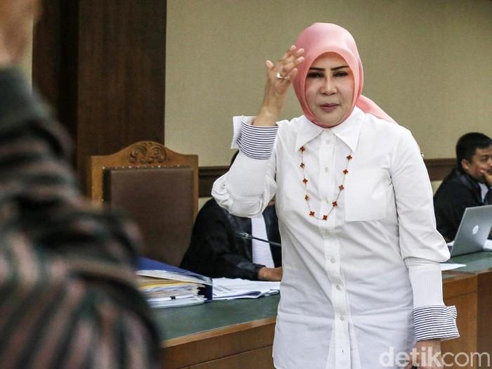 Istri mantan Sekretaris Mahkamah Agung (MA) Nurhadi, Tin Zuradia bersaksi di Pengadilan Tipikor Jakarta. Tin menceritakan alasannya mengambil sobekan dokumen perkara.