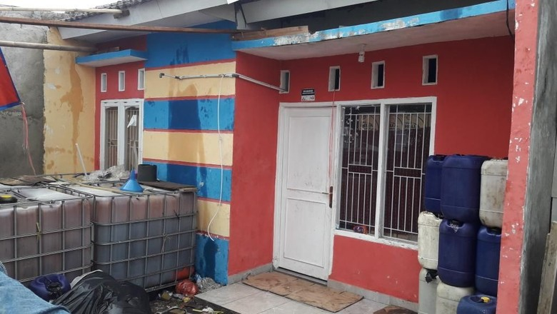 Warga Gerebek Rumah yang Jadi Pabrik Oli Oplosan di Bekasi