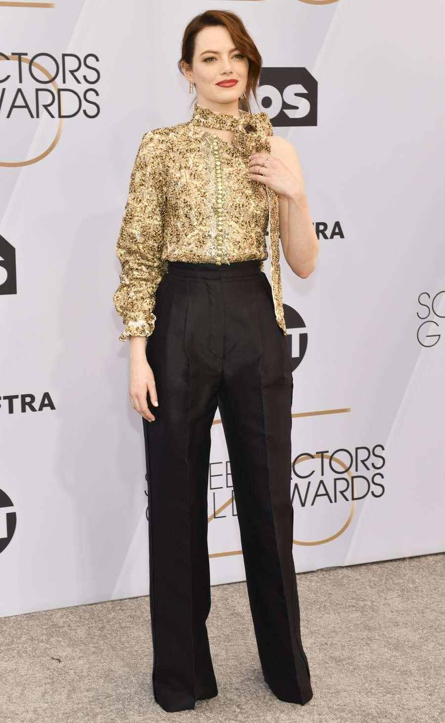 Emma Stone Bergaya Asimetris
