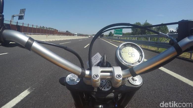Motor masuk tol di luar negeri. Foto: Dadan Kuswaraharja