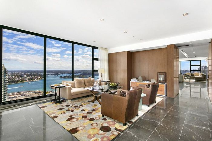 Penthouse (griya tawang) itu dihias dengan gaya kontemporer. Michael Lowdon/Mansion Global.