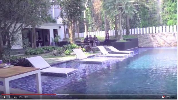 Super Mewah! Rumah Lima Lantai Momo 'Geisha' Menghadap Danau