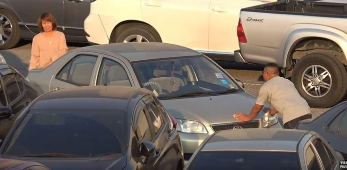 Duh! Parkiran Mobil Semrawut Gini, Gimana Keluarnya Ya?