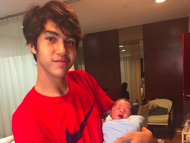 Throwback ketika El bertemu Baby R pertama kali. Meski beda usianya cukup jauh, kini keduanya sangat dekat dan kompak. (Foto: Instagram @elelrumi)