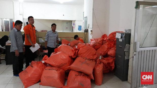 Belasan ribu eksemplar tabloid Indonesia Barokah yang tertahan di Kantor Pos Palembang.