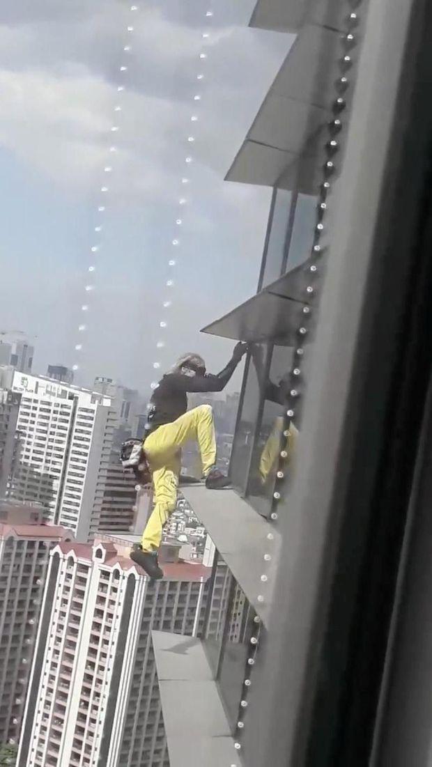 Alain Robert saat memanjat gedung GT Tower di Manila