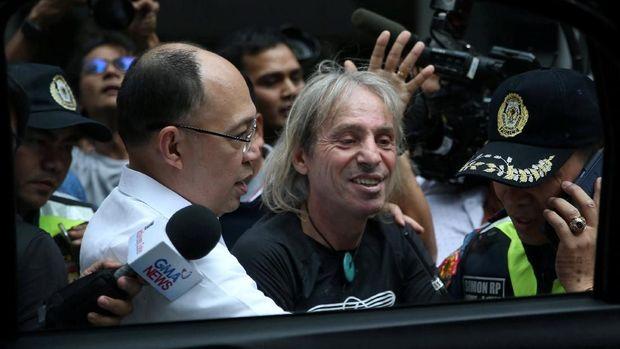 Alain Robert saat ditangkap polisi Filipina usai memanjat Gedung GT Tower di Manila