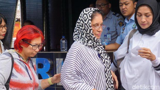 Ibunda Ahmad Dhani, Joyce Theresia Pamela Kohler menjenguk putranya di Rutan Cipinang, Jakarta Timur