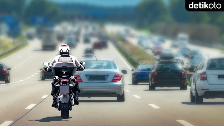 Ratusan Buruh Peserta Demo Naik Motor Masuk Tol Dalam Kota