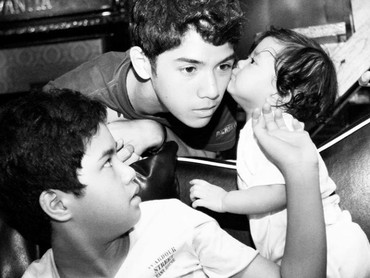 Muah! Throwback saat Safeea memberi kecupan pada kakak Al. Cute banget ya? (Foto: Instagram @ahmaddhaniprast)
