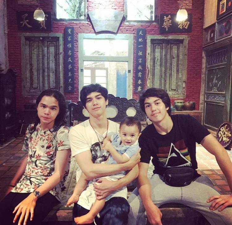 Keempat jagoanAhmad Dhani di rumah, Al, El, Dul dan Baby R. (Foto: Instagram @ahmaddhaniprast)