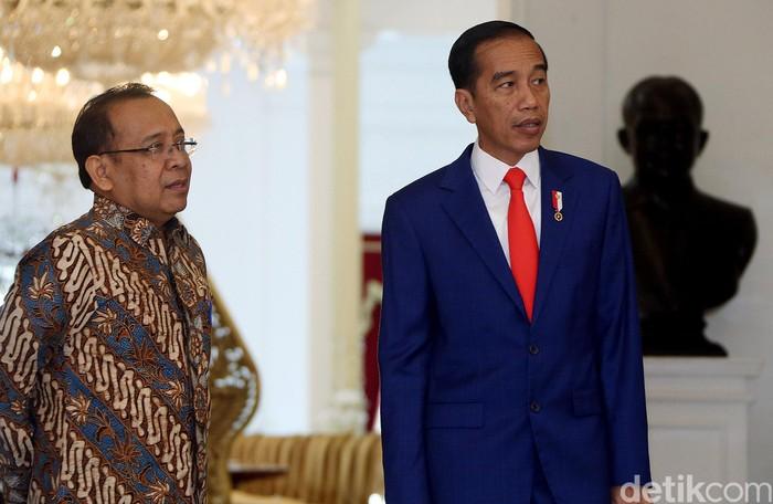 Pratikno tampak mendampingi Presiden Jokowi. (Rengga Sancaya/detikcom)