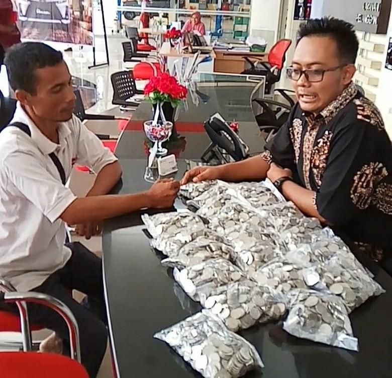 Foto: istimewa / Tirta membayar mobil menggunakan uang receh