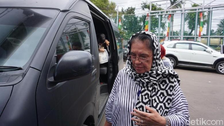 Ibunda Jenguk Ahmad Dhani di Rutan Cipinang