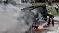 Melihat Adu Cepat Padamkan Tangki BBM yang Terbakar