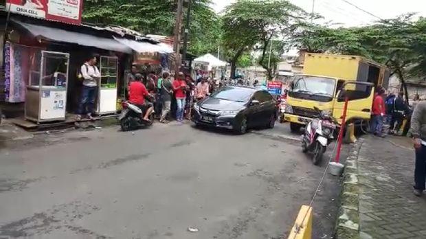 Light truck ditilang karena parkir sembarangan.