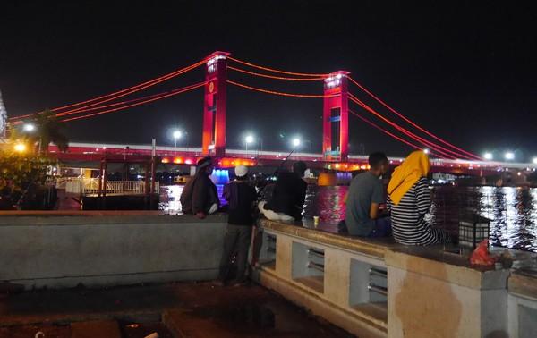 Di sekitar jembatan setiap sore dan malam selalu ramai oleh warga lokal dan wisatawan. Di sana terdapat tempat duduk santai sembari jajan beragam kuliner. (Kurnia/detikTravel)