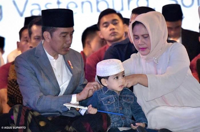 Jan Ethes Srinarendra merupakan cucu pertama Presiden Joko Widodo. Ethes sendiri merupakan anak pertama dari Gibran Rakabuming Raka dan Selvi Ananda. Foto: Instagram Jokowi/Agus Suparto