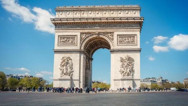 Arc de Triomphe merupakan monumen terkenal di Paris. Tak jarang wisatawan mengabadikan foto mereka di landmark ini. (iStock)