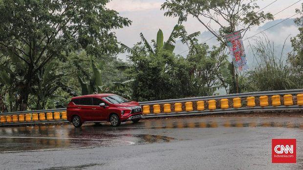 Xpander melintasi lokasi Cikidang, Sukabumi.